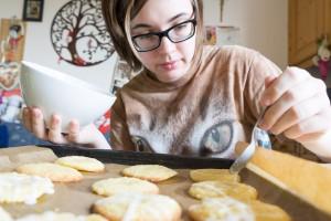 Glasur mit einem Löffel auf die Kekse träufeln (pp)