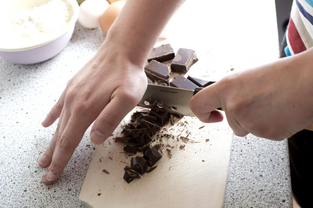 Schokolade in kleine Stücke hacken (nh)