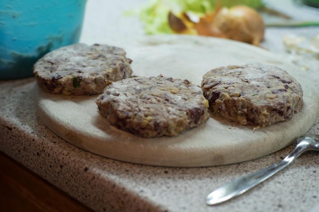 Aus dem Bohnen-Champignons-Gemisch Pattys formen.