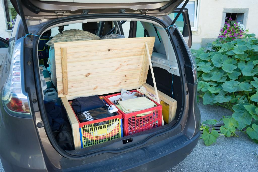 Camping Van - Kleiderschrank im Kofferraum
