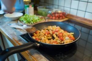 Tomaten zum Hühnerfleisch geben (pp)