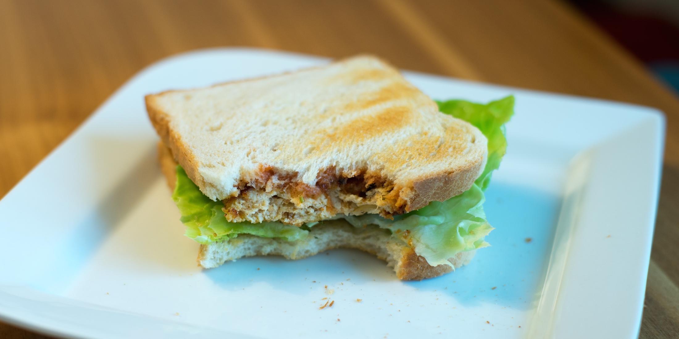 Hühnchen-Sandwich mit Parmesan-Basilikum Panier und Tomatensauce
