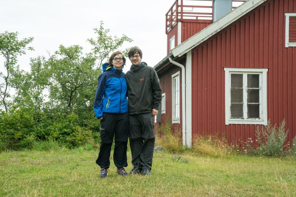 Wir vor einem typischen schwedischen Häuschen - wohnt da der Leuchtturmwärter? (pp)