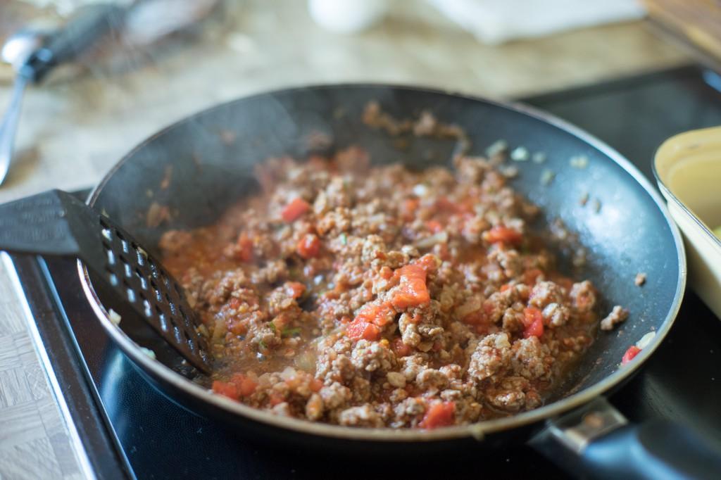 Faschiertes und Tomaten anbraten.