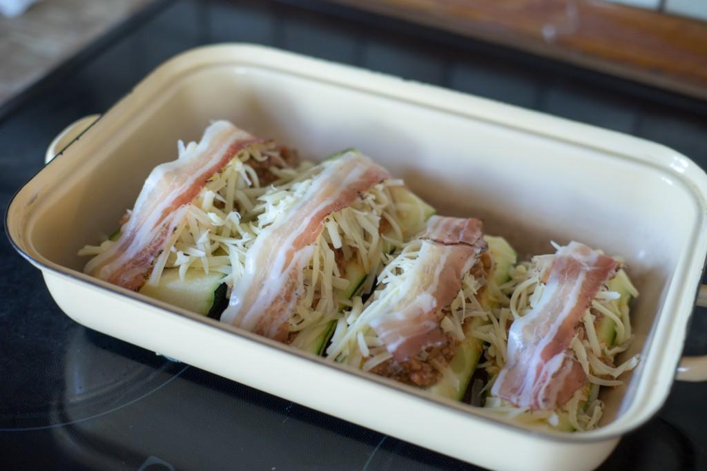 Speck auf die gefüllten Zucchinis legen (pp)
