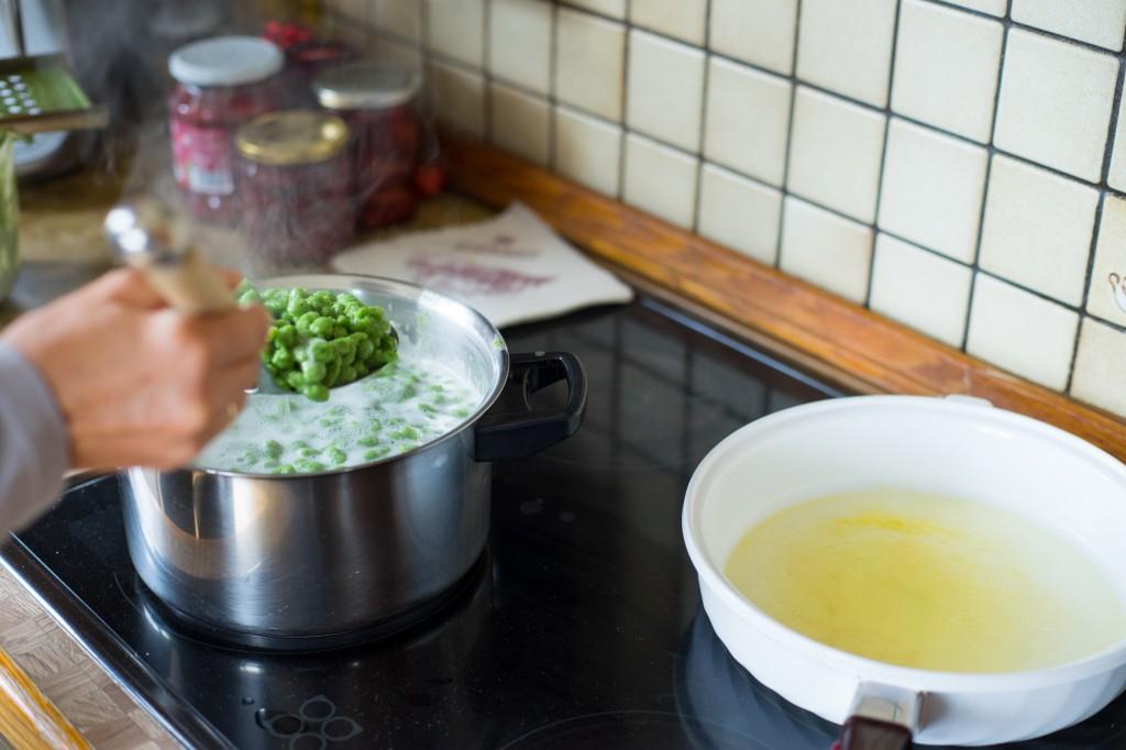 Die aufgekochten Nockerl in eine Pfanne mit zerlassener Butter geben