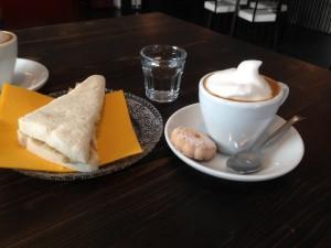Espresso und Rucola-Prosciutto Tramezzino (vh)