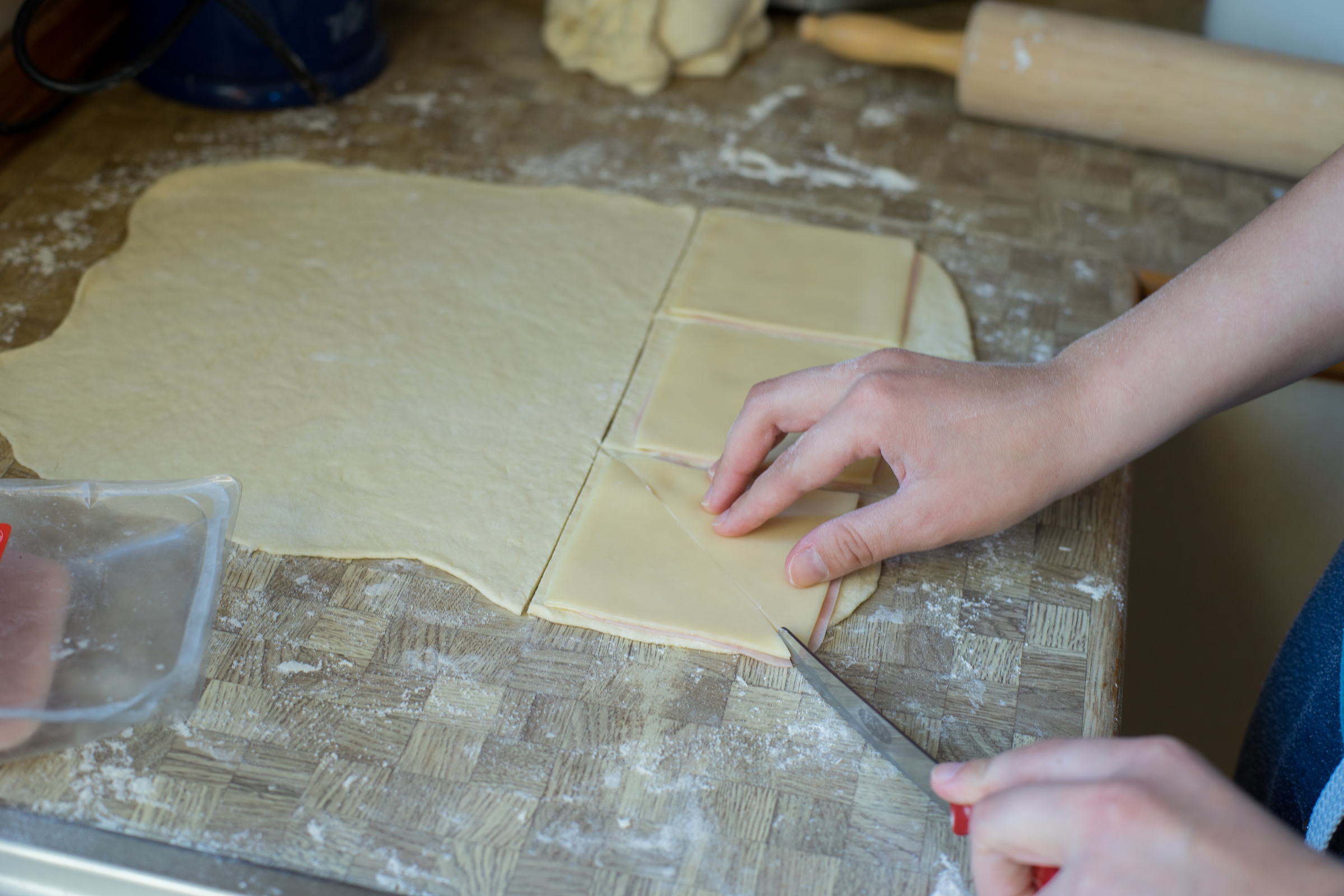 Wir haben den Teig in Quadrate geschnitten, würden aber einen Kreis empfehlen. (pp)