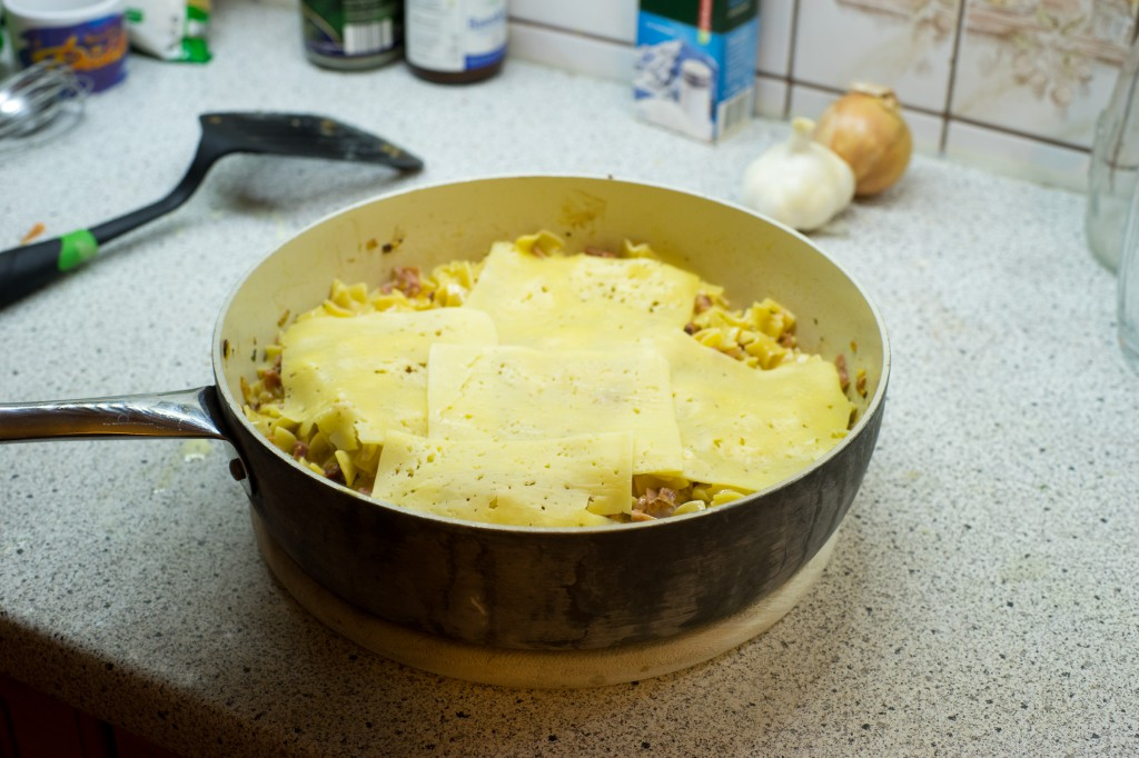 Mit reichlich Käse bedecken (pp)