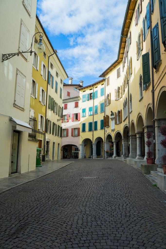 Eine Gasse in Udine (vh)