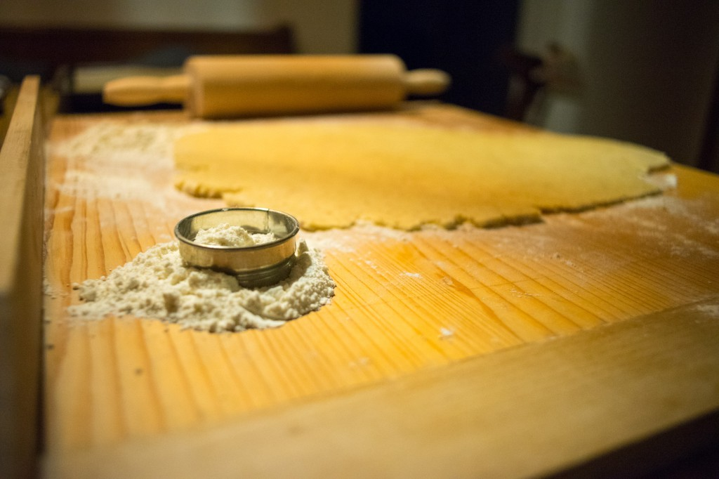Mehl für die Keksform bereit halten (pp)