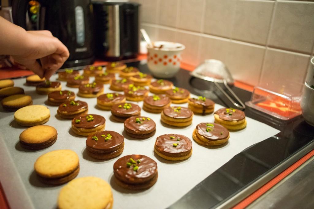 Kekse mit Schokolade beträufeln und mit einem Löffel glatt verstreichen (pp)