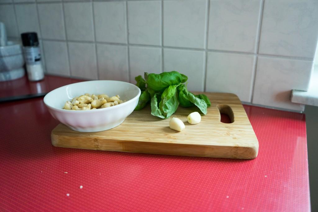 Cashew-Kerne, Basilikum, Knoblauch (vh)