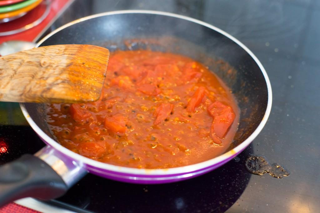 Tomatensauce köcheln lassen.