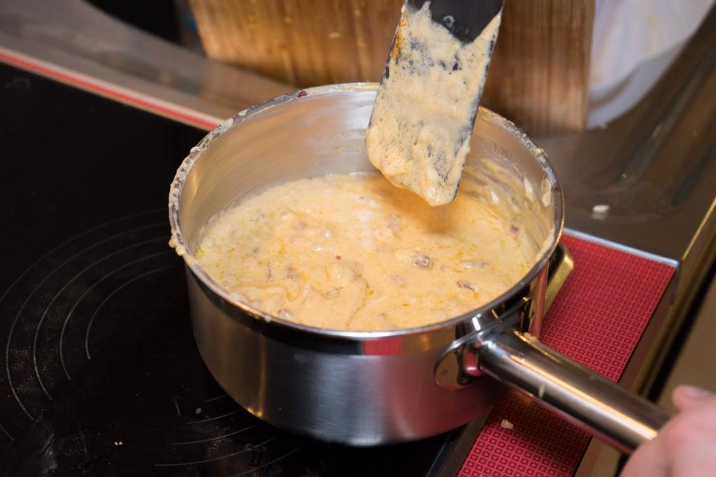 Die Sauce wird schön cremig.