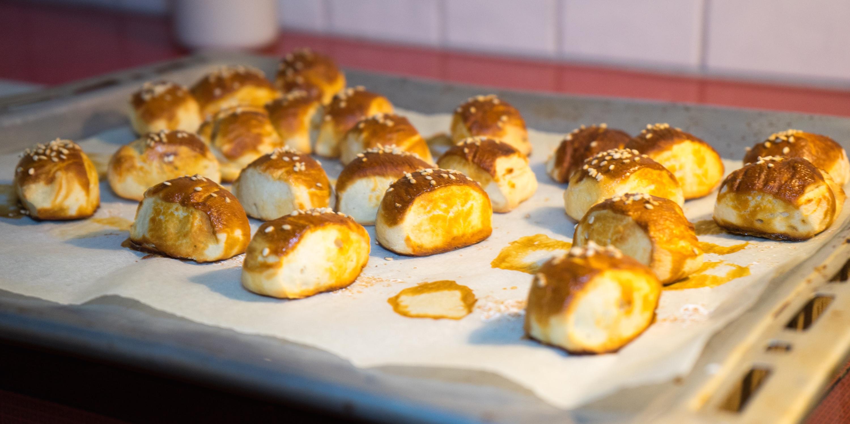 Pretzel Bites mit Speck-Bier-Käse-Dip (Super Bowl Snack)