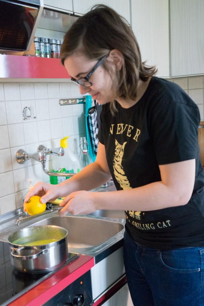Zitronenschale in die Suppe reiben.