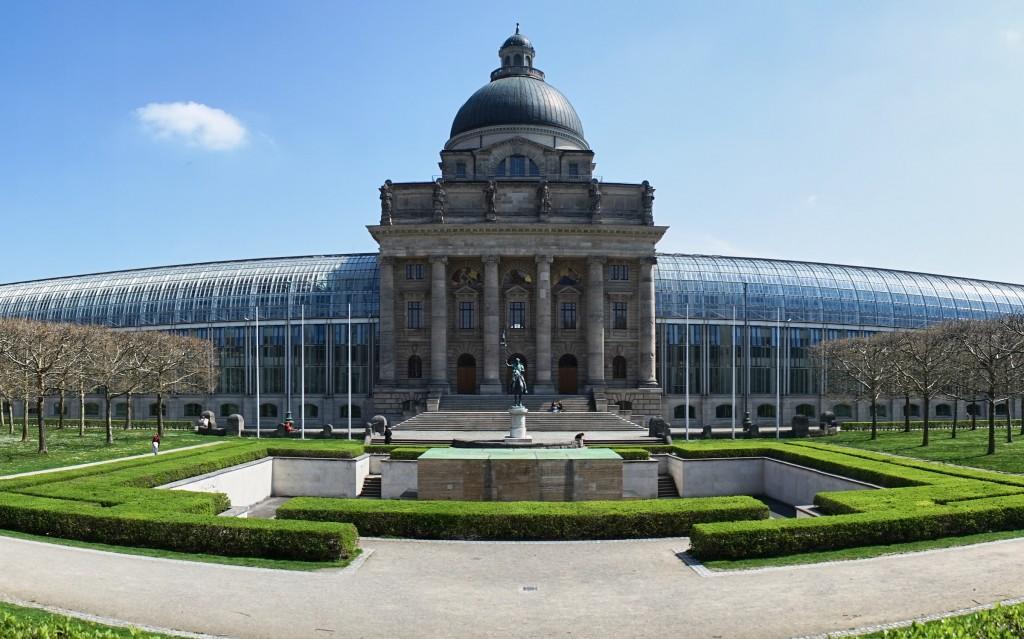 Staatskanzlei am Ende des Hofgartens (vh)