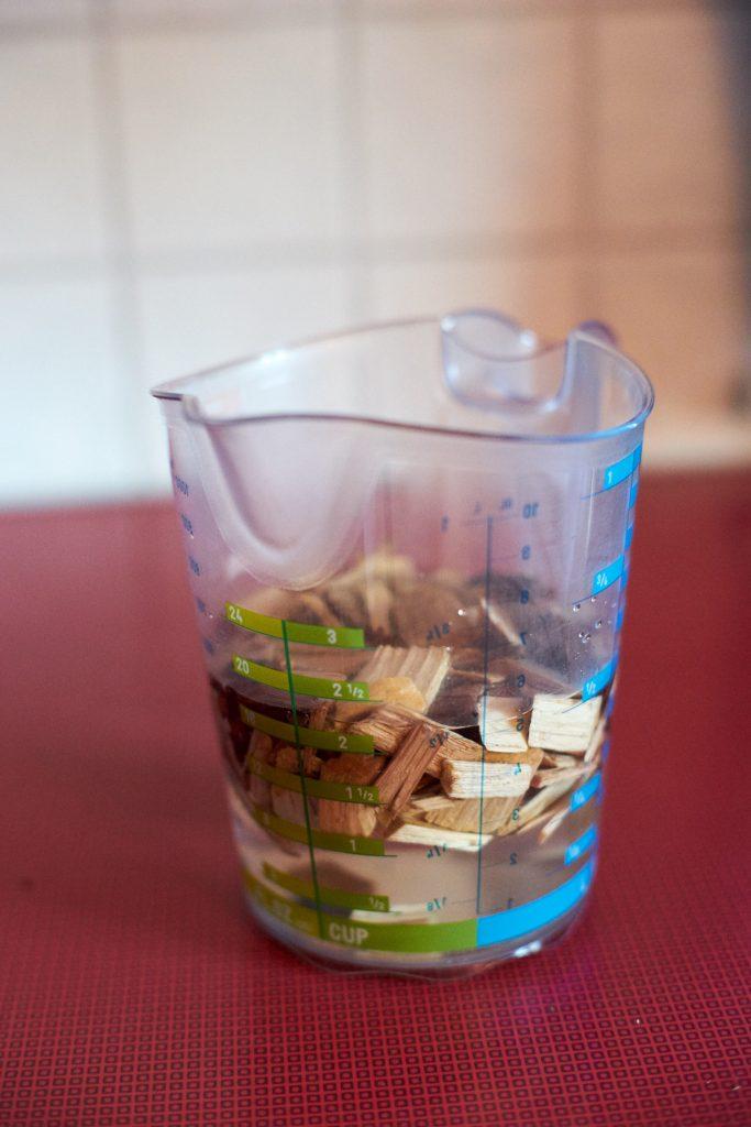 Das Räucherholz muss zu Beginn in Wasser aufgeweicht werden.