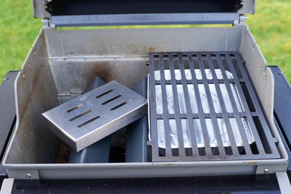 Auf einen der Flavorizer kommt die Räucherbox.
