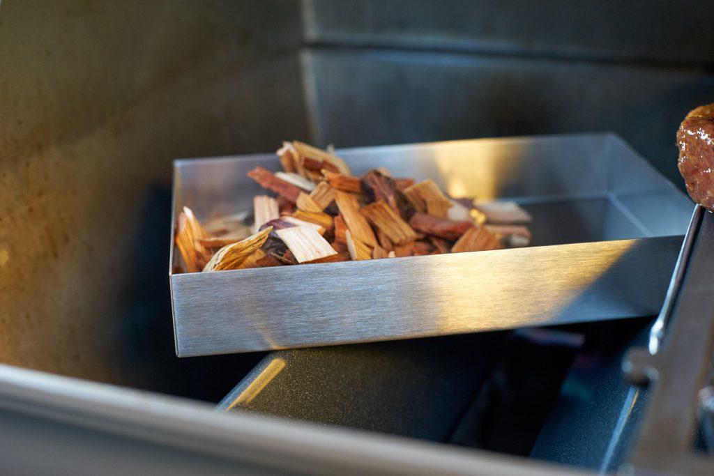 Das eingeweichte Räucherholz kommt in die Räucherbox.
