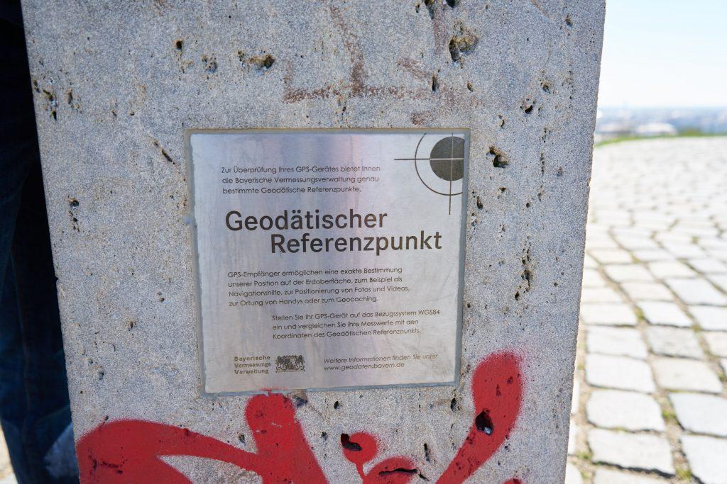 Der erste geodätische Referenzpunkt Münchens.