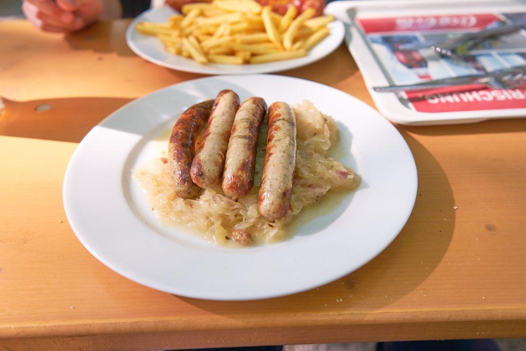 Bratwürstel mit Sauerkraut.
