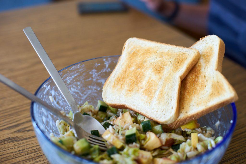 Reissalat - Getoastetes Brot passt gut dazu.