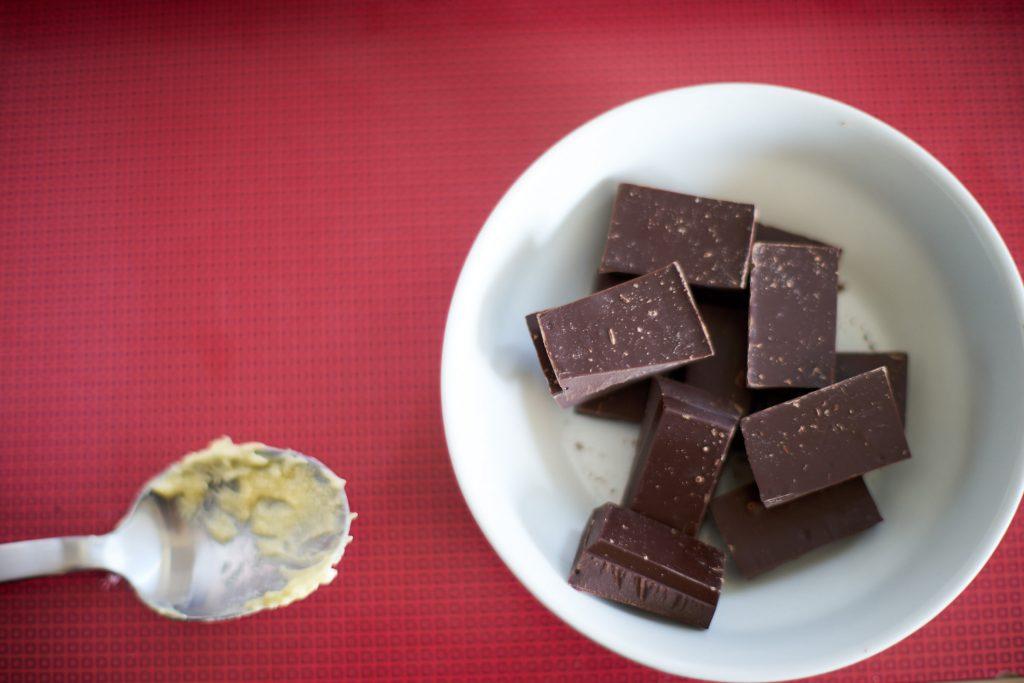 Schokolade zum Schmelzen in eine Schüssel geben.