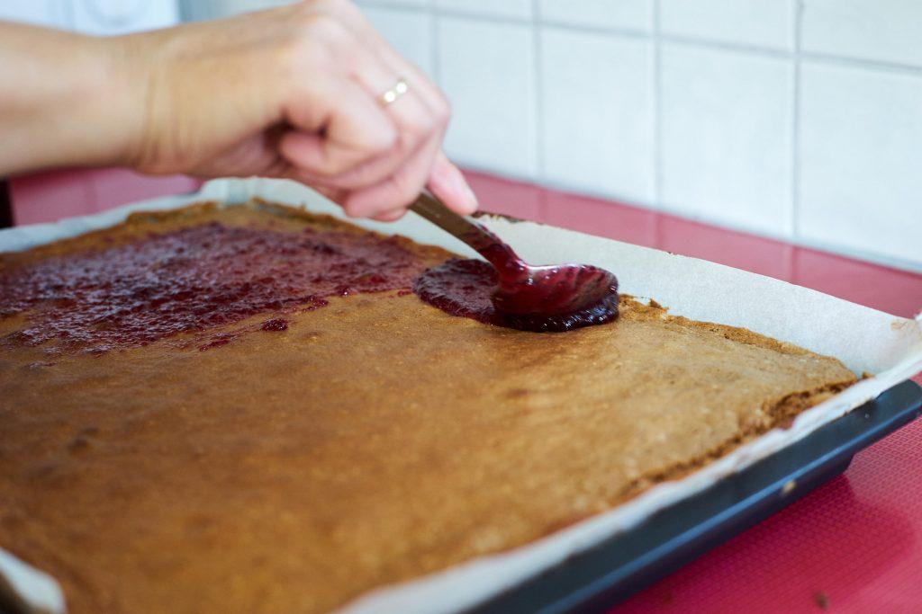 Marmalade auf den Kuchen streichen.