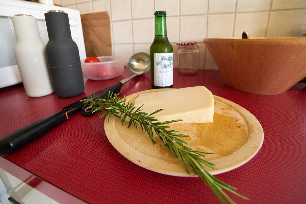 Rosmarin, Ziegenkäse und Weißwein.