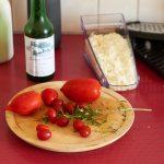 Tomaten, geriebener Käse, Weißwein.