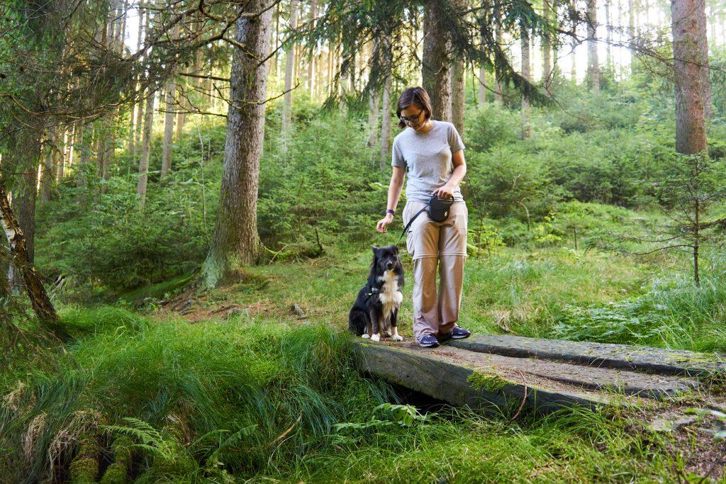 Mia und ich auf einer Holzbrücke.