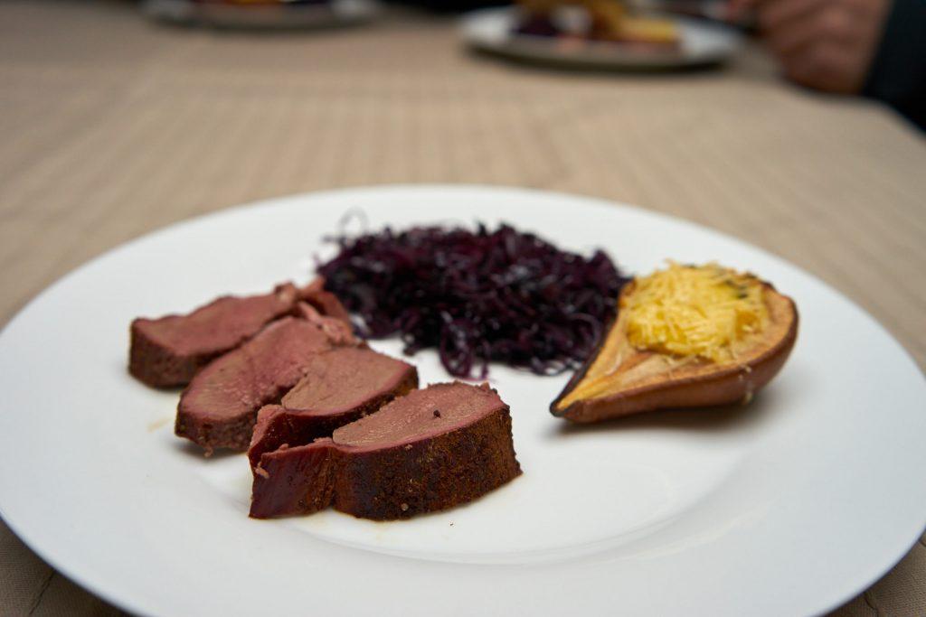 Rehrücken am Knochen gegrillt mit Polentabirne und Chiliblaukraut