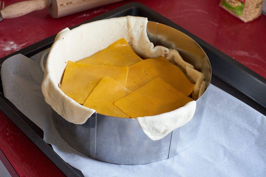 Jetzt wird eine Schicht Käse aufgelegt.