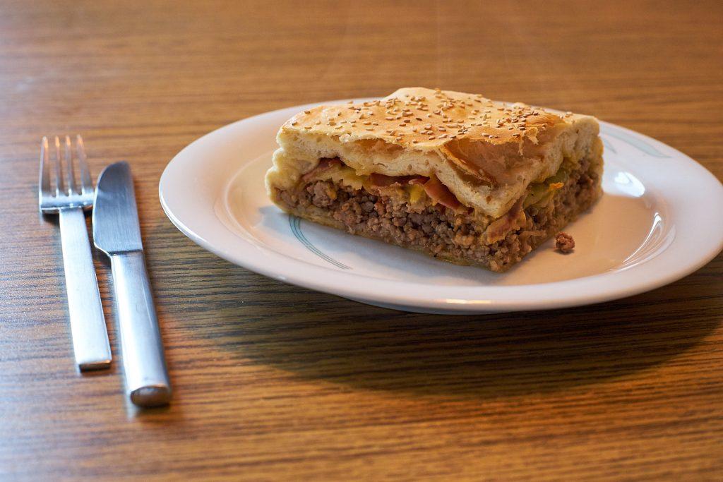 Ein Stück vom Cheeseburger-Kuchen.