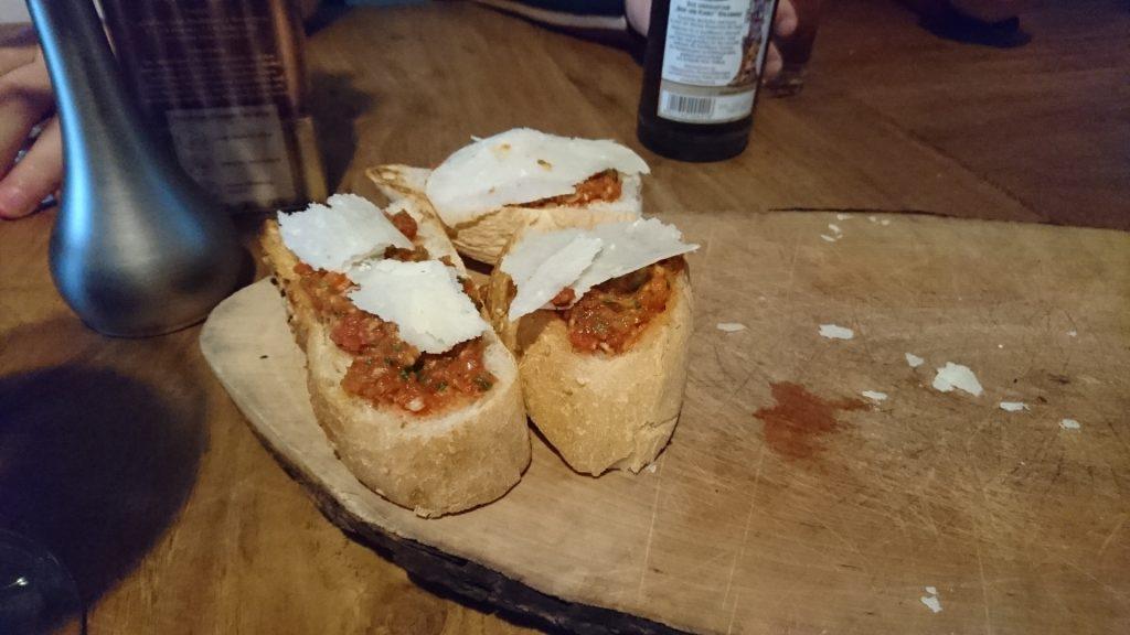 Brötchen mit Aufstrich und Parmesan.