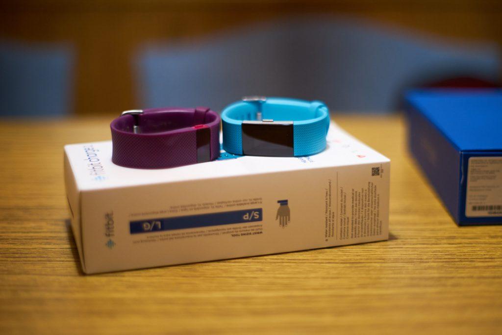 Der Fitbit Charge HR 2 (rechts) im Vergleich zum Vorgänger.
