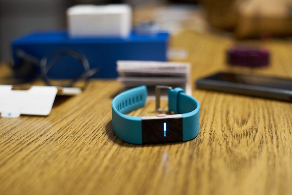 Der Fitbit Charge HR 2 zeigt den Aktivierungs-Screen an.
