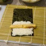 Algenblatt, Reis und Ei für die Zubereitung von Maki.