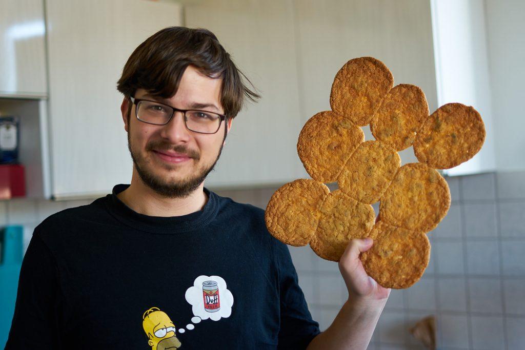 Patrick mit unseren ersten Keksen.