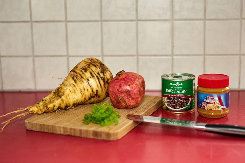 Pastinake, Granatapfel, Petersilie, Käferbohnen und Erdnussbutter.