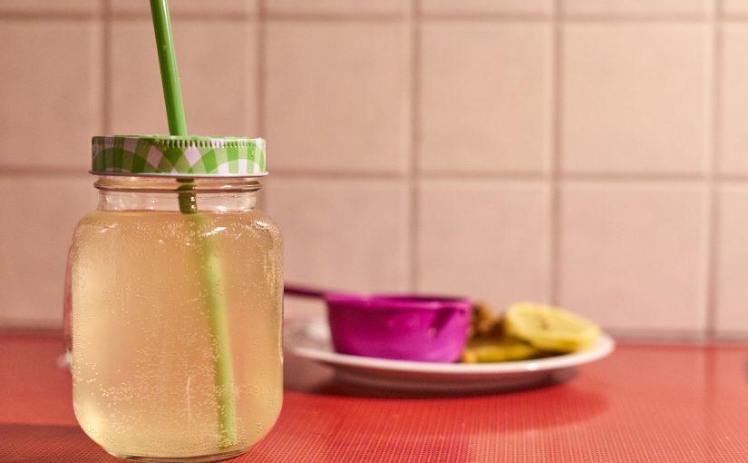 Wasserkefir in einem Glas mit Strohhalm.