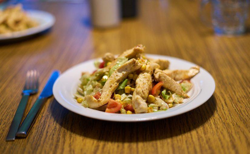 Würzige Hühnerstreifen auf frischem Salat