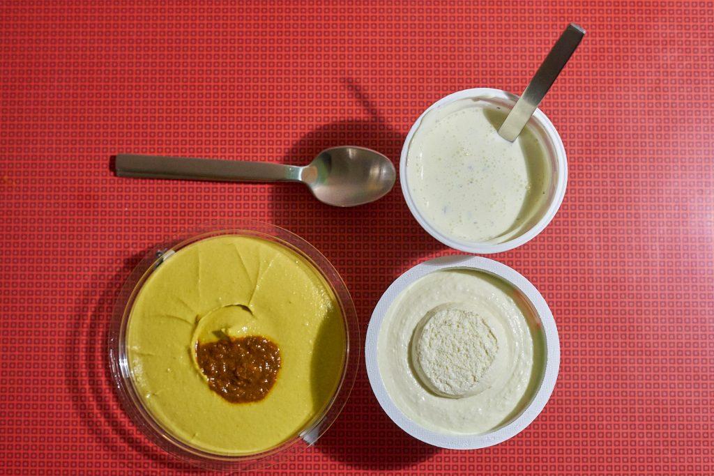 Crème fraîche, Frischkäse und Hummus für meine verschiedenen Flammkuchen Rezepte.
