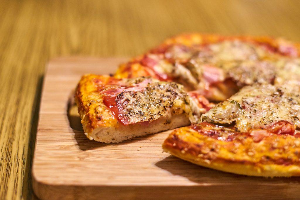 Die fertige, knusprige Pizza.