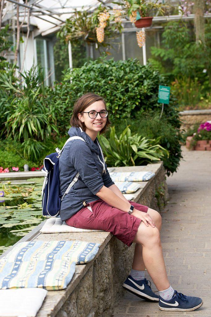Ich  mit meinem Kamarg Rucksack im Botanischen Garten