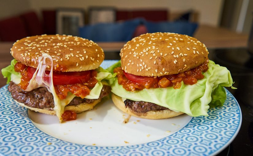 Burger mit süß-scharfer Ananassauce