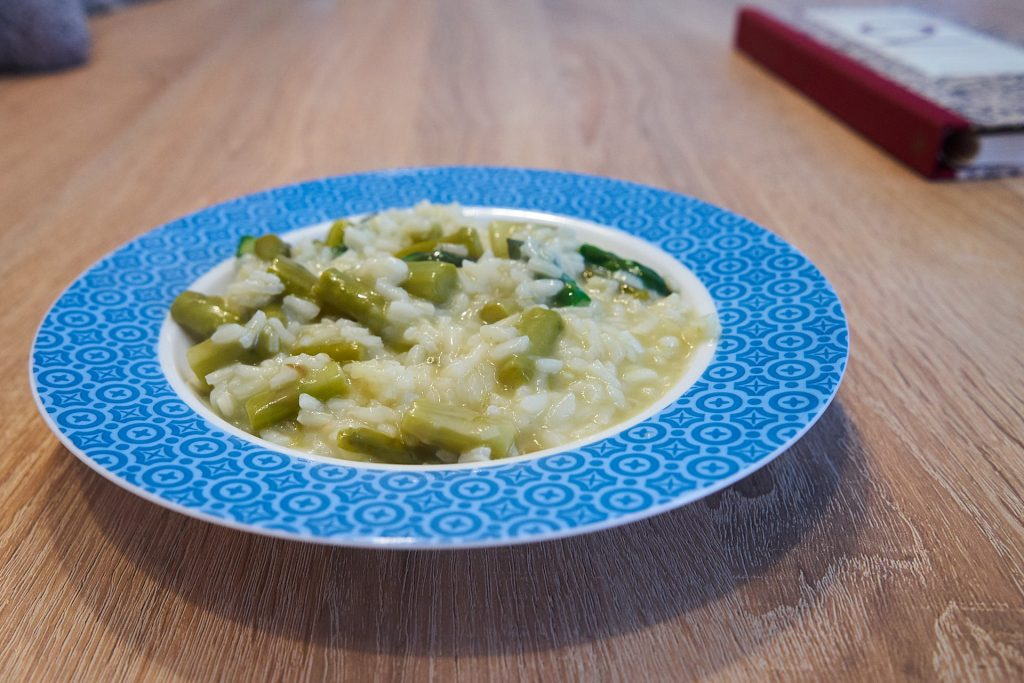 Eine Portion Spargelrisotto