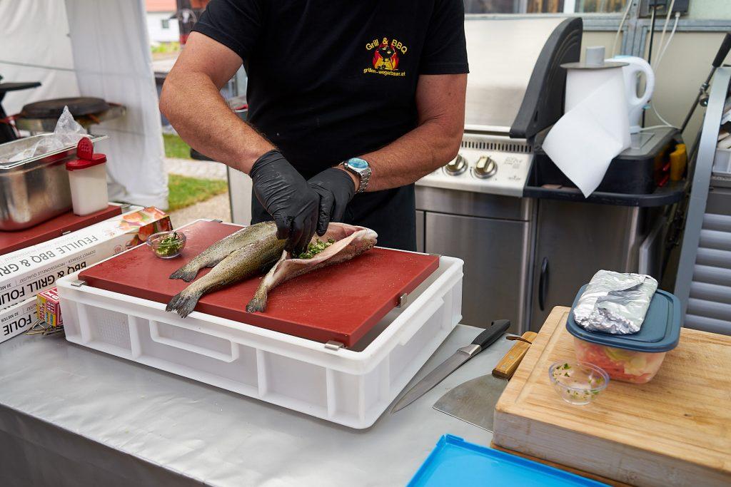 Fisch vor dem Grillen mit Kräutern und Gewürzen füllen